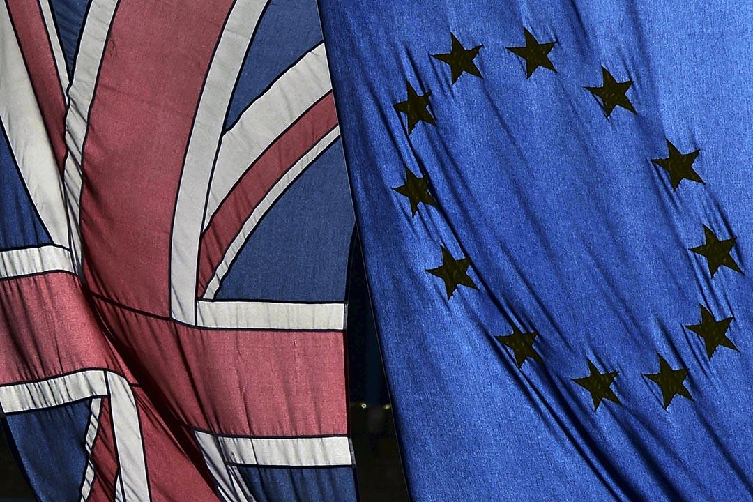 倫敦市中心一個建築物外掛住英國和歐盟的旗幟。