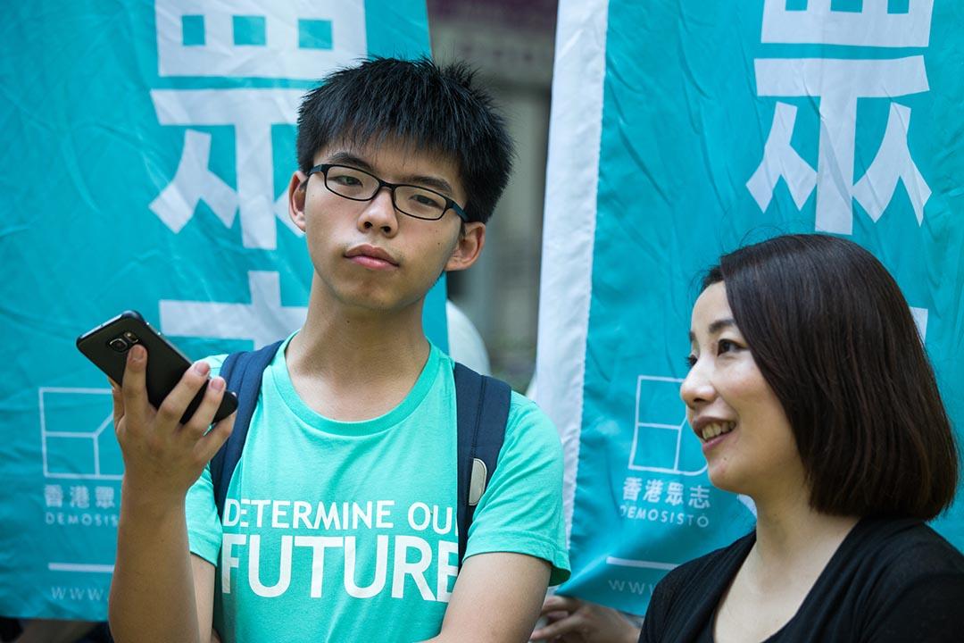2016年6月17日,黃之鋒與香港眾志成員及小麗民主教室等人遊行到中聯辦聲援林榮基。