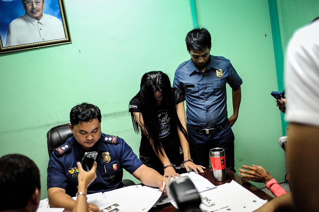 2016年6月22日,菲律賓馬尼拉,一個毒販集團的成員正接受警方調查。