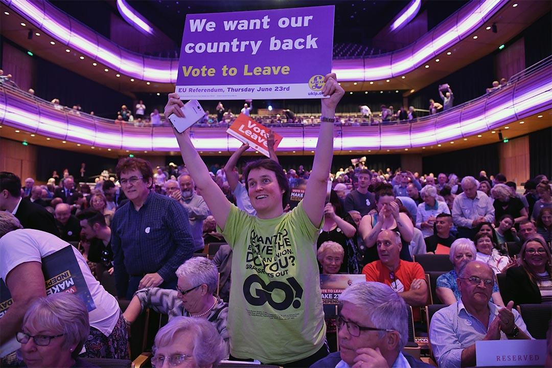脫歐支持者在英國蓋茨黑德一個集會中舉起標語牌。