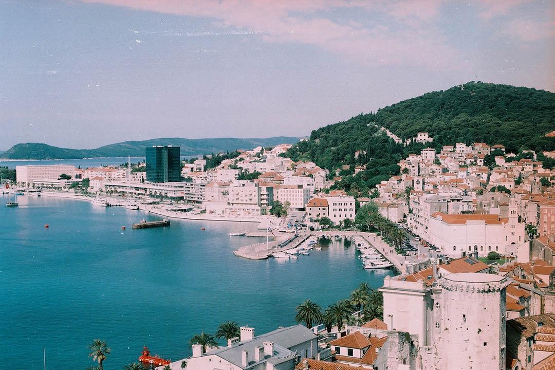 克羅地亞第二大城市Split的全貌,與剛播出的 Game of Thrones 第六季大結局開場時Cersei眺望的 King's Landing,正是同一道風景。  作者提供