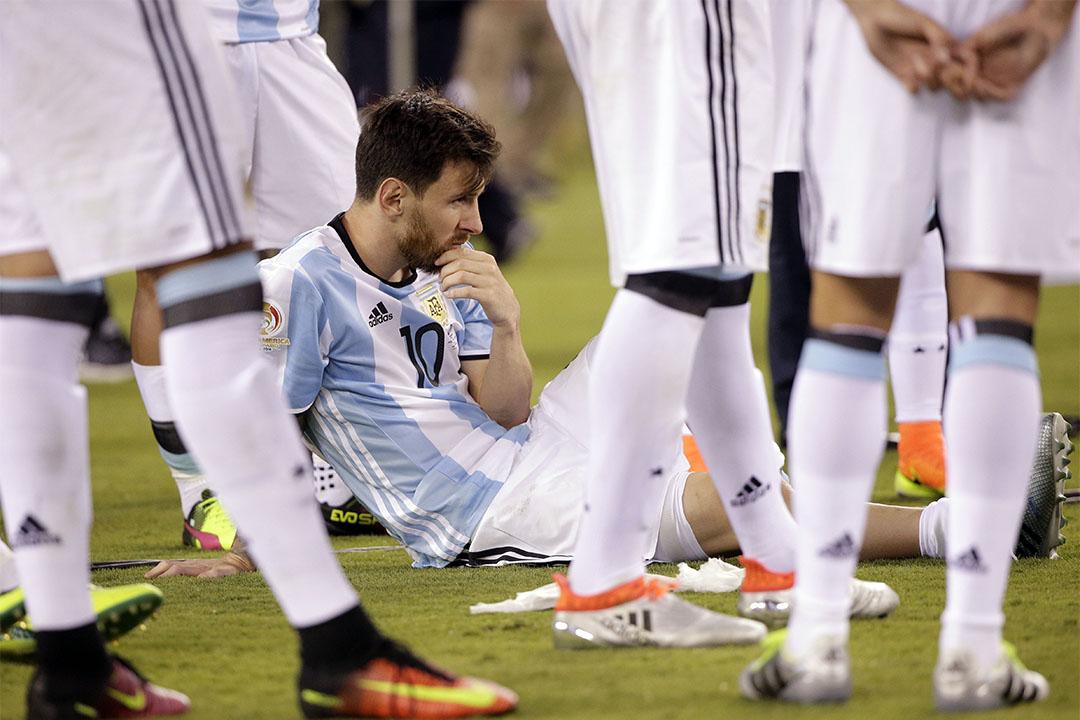 2016年6月26日,美洲國家盃,阿根廷敗給智利後,美斯與隊員等候頒獎儀式。