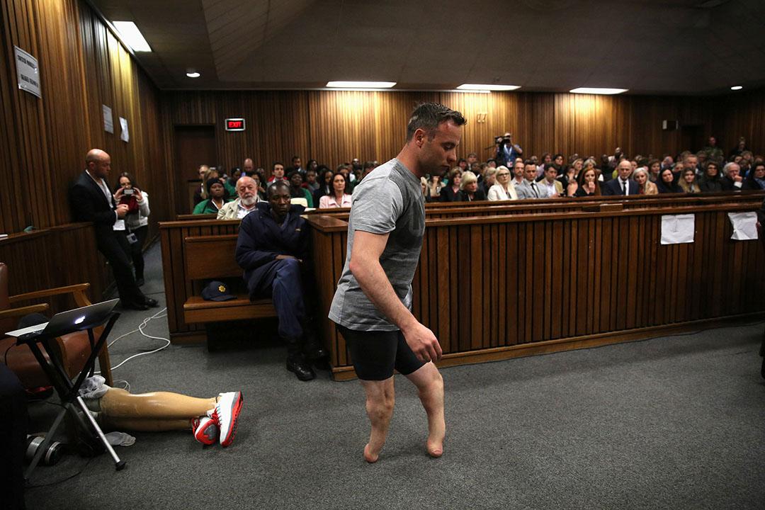2016年6月15日,南非,殘奧金牌得主、有「刀片跑手」之稱的Oscar Pistorius涉嫌謀殺女友案聽證,他在上庭時脫下義肢。