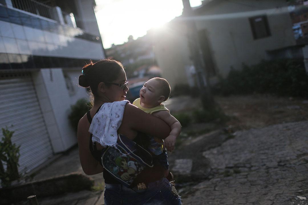 巴西勒西腓,一名母親手抱患有小頭症的兒子。