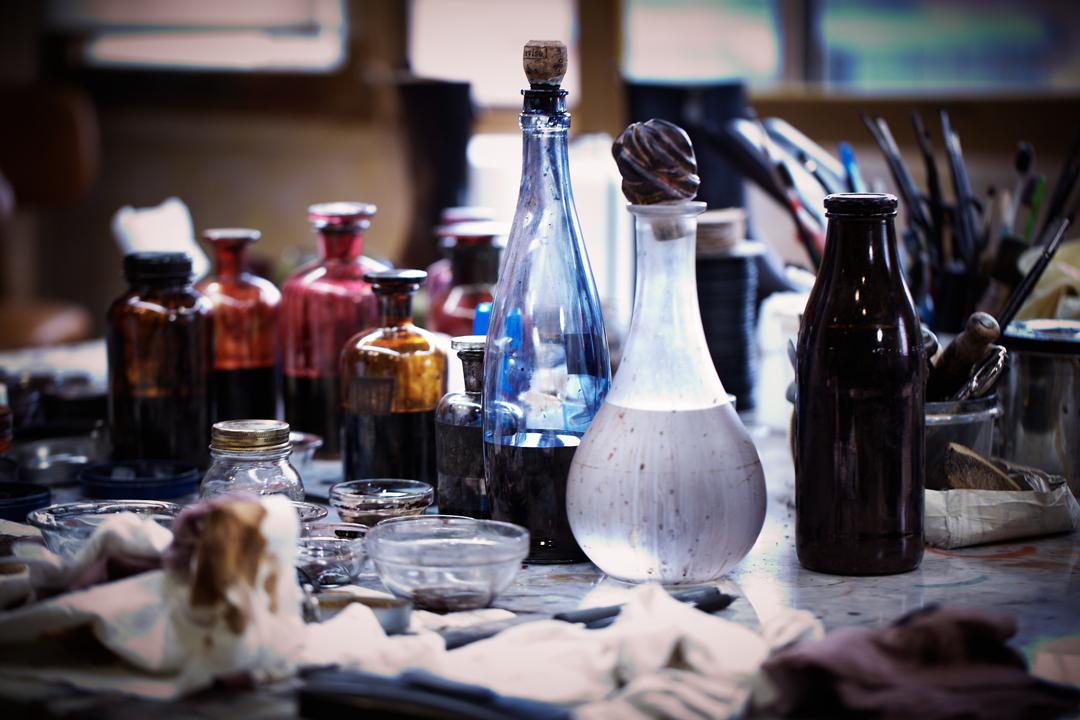 工藝師用特製的精油為皮革按摩,再透過悉心的打蠟過程為皮革上色,就像在帆布上作畫一樣。