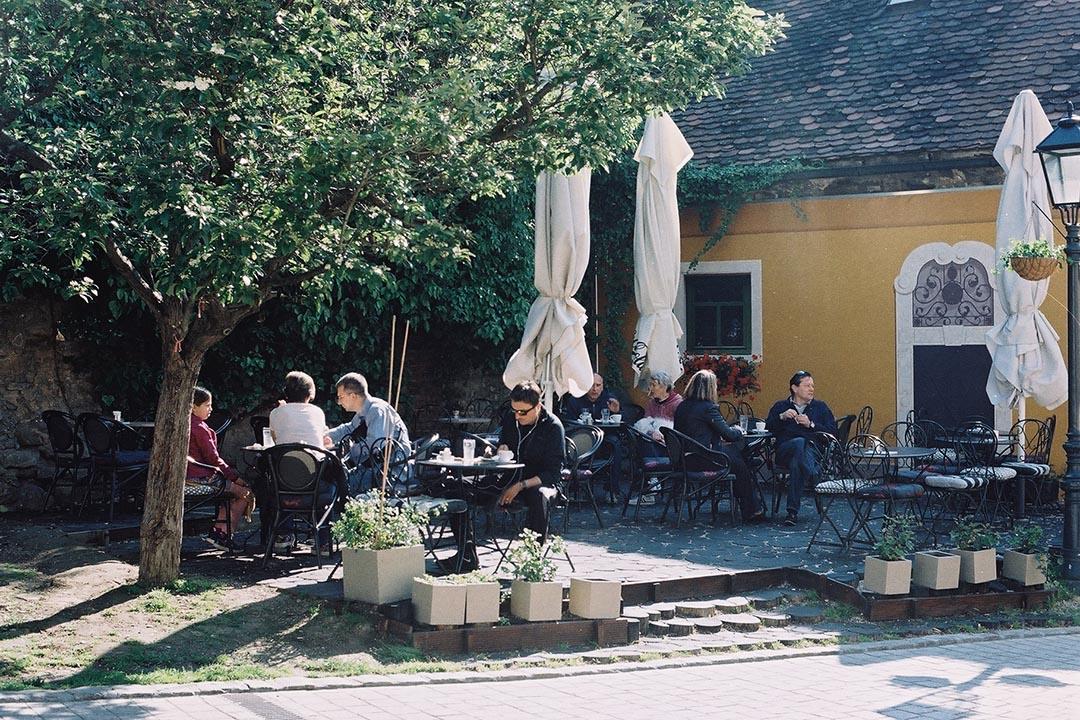 在樹下飲咖啡食蛋糕,是薩格勒布十分典型的景象,見證著昔日奧匈統治殘留下來的生活習氣。作者提供