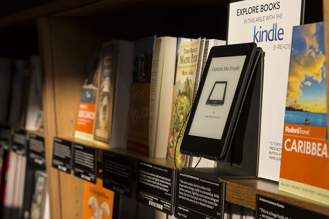 圖為一間書店的書架上一同展示電子書與實體書。