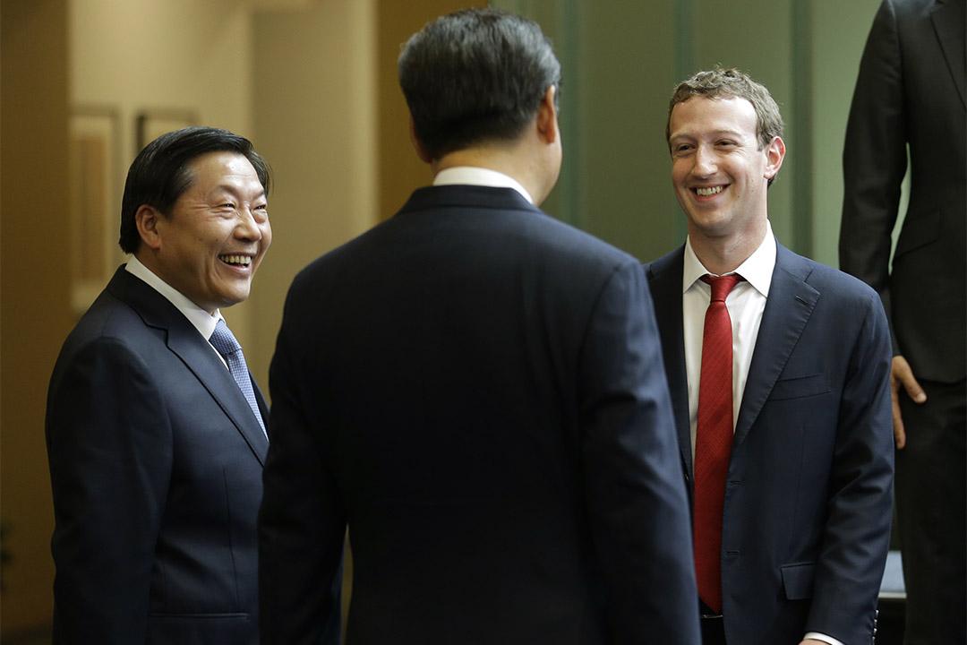 2015年9月23日,美國華盛頓,中國國家主席習近平、國家互聯網信息辦公室主任魯煒與臉書創辦人朱克伯格交談。