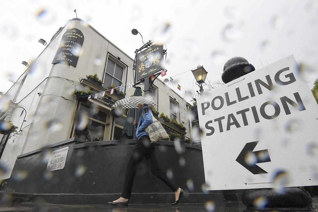 2016年6月23日,英國倫敦西部,一名婦女冒雨前往投票站。