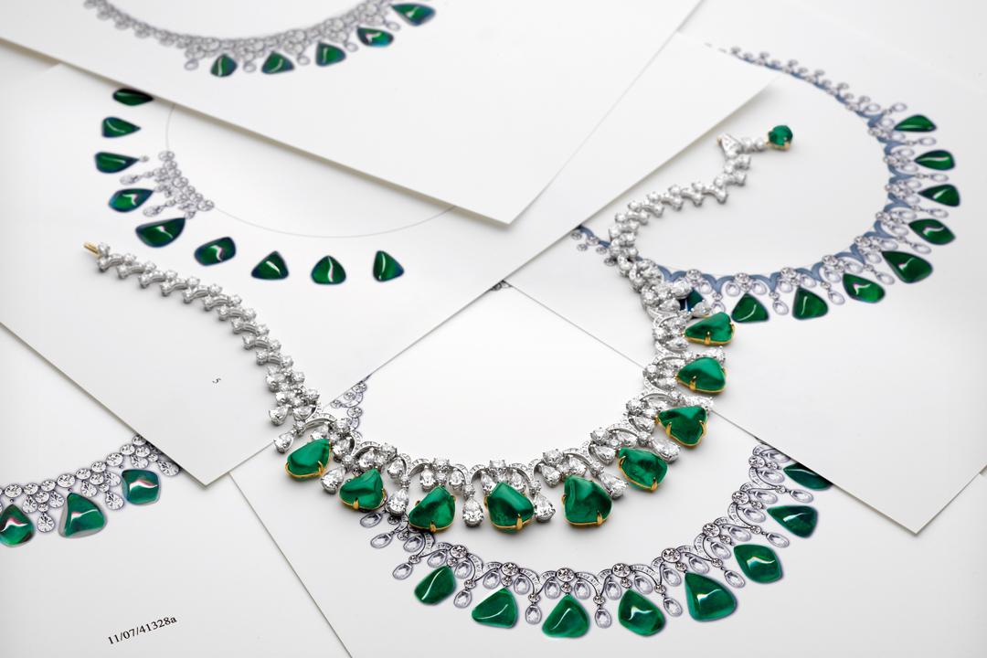 在紅寶石、綠寶石及藍寶石方面的運用,Bulgari大膽抛開過去以巴黎為首的珠寶設計僵化原則,以凸顯寶石的美感為主要目的。