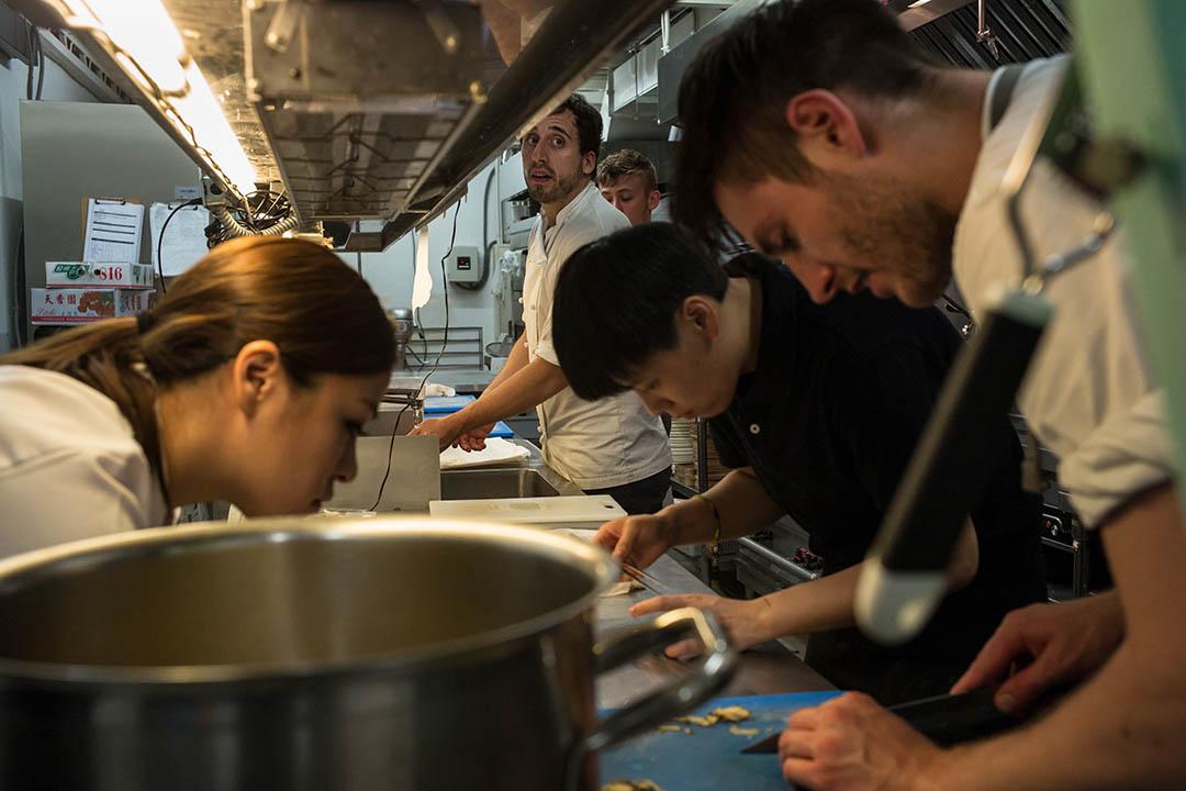 團隊巡迴世界各大城市舉辦限期五天的pop-up餐廳,並推出大量使用當地食材與融合在地文化的佳餚。