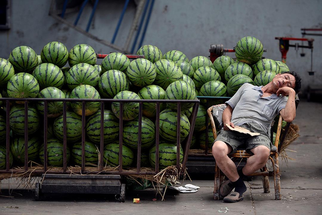 中國經濟轉差,圖為山西太原賣西瓜攤販。