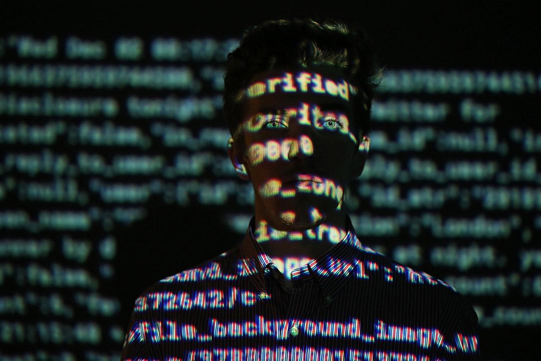 2015年12月2日,倫敦一個關於大數據的展覽中,一名職員在數據資料投映前經過。