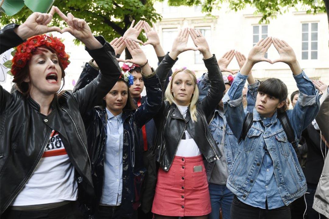 2016年5月11日,法國巴黎,一群女士在國會前抗議鮑潘性騷擾。