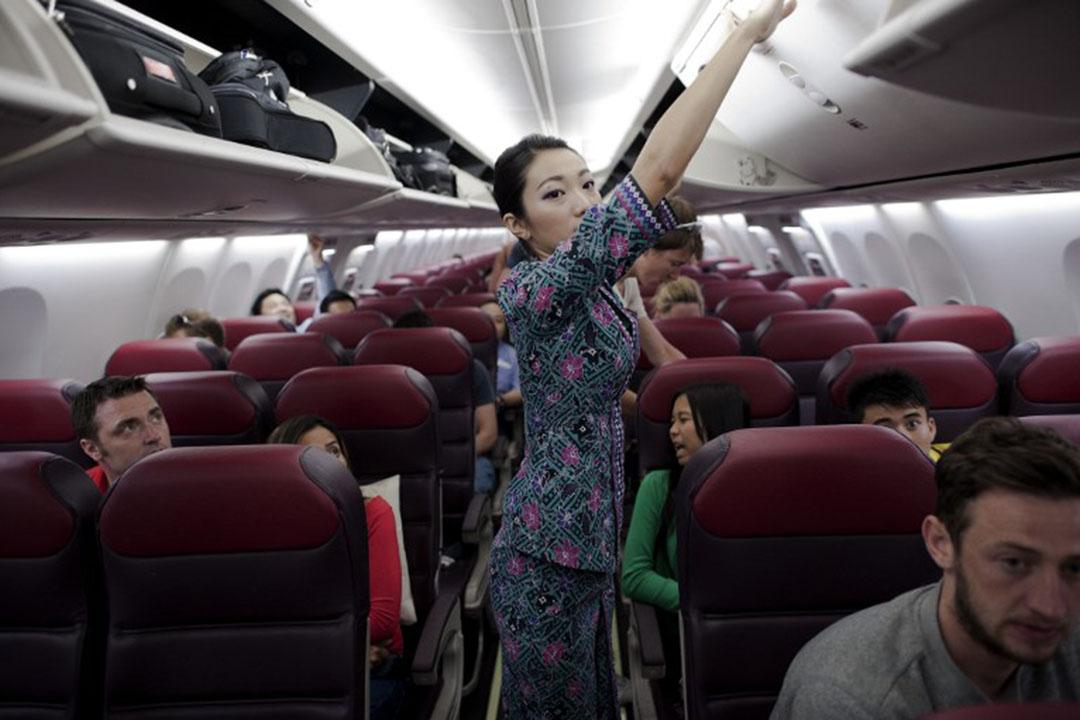 機艙就是空姐們的職場、戰場,所有的系統失誤,都由他們的個人尊嚴做盾牌,擋在憤怒的消費者面前。