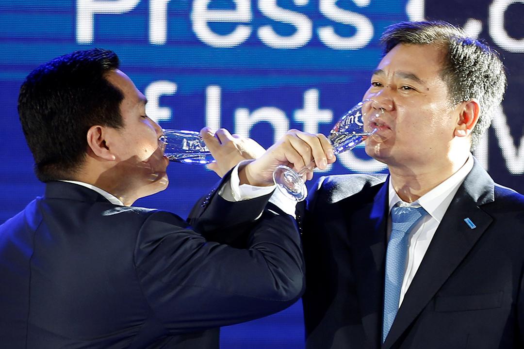 2016年6月6日,中國南京,蘇寧電器董事長張近東和國際米蘭主席埃里克在新聞發布會上祝酒。