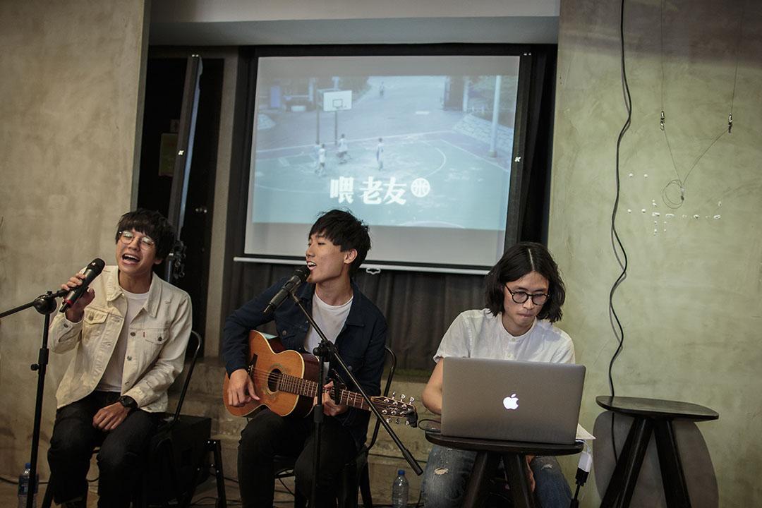 三個人下決心全職做音樂,當初未來似乎並不明朗。定期去咖啡廳表演,至少可保證一定數量的收入。