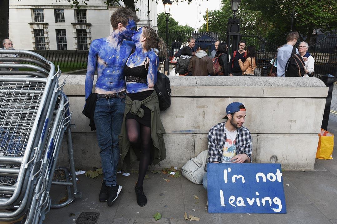 2016年6月24日,一對年輕情侶將全身塗成歐盟旗幟,在英國唐寧街外抗議脫歐決定。