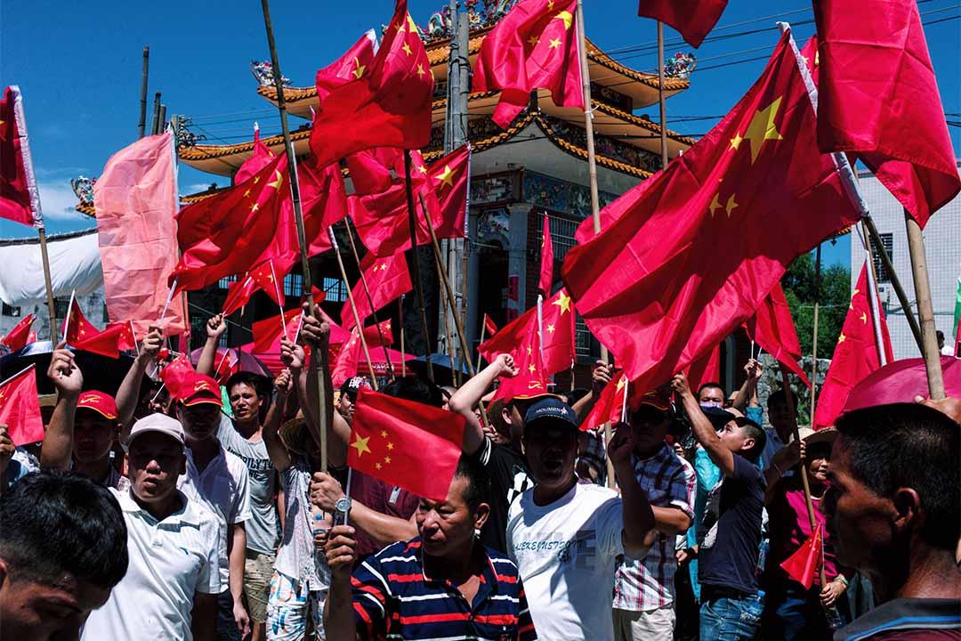 村民於華光廟外揮舞國旗,高叫口號。