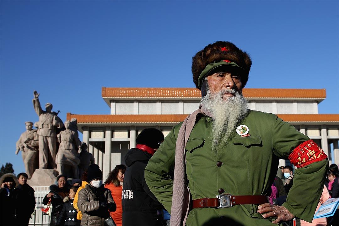 2013年12月26日,一名83歲老翁穿著紅衛兵裝束走過毛澤東紀念堂。