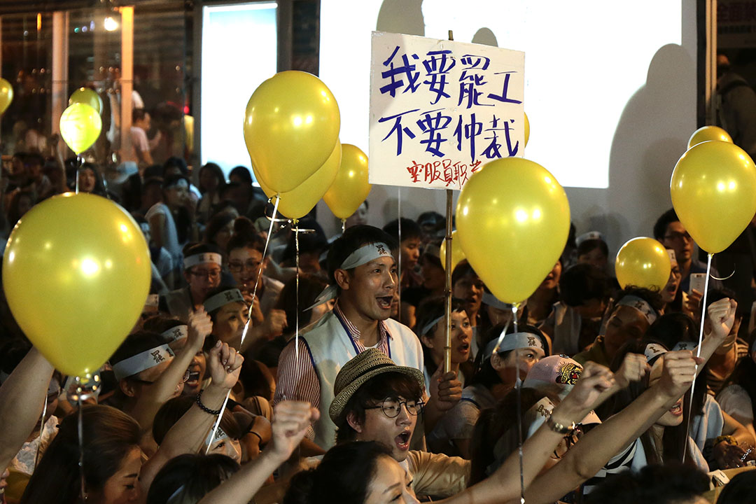 2016年6月,上百名華航員工走上台北街頭,宣布發動罷工行動、徹夜抗爭。