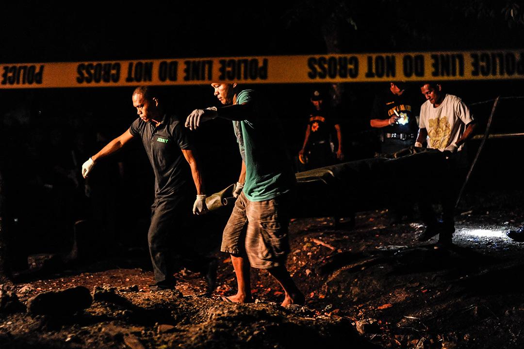 2016年6月25日,菲律賓馬尼拉,警察將毒販的屍體抬出。