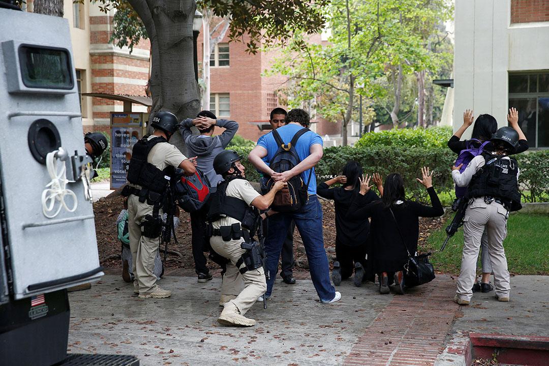 2016年6月1日,加州大學有學生槍手打死一名教授,警察在校園內要求學生搜身。