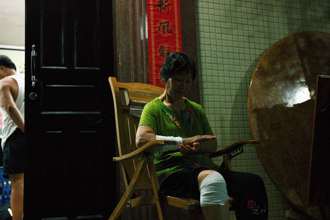 林祖戀太太楊珍阻止林祖戀被武警帶走時受傷。