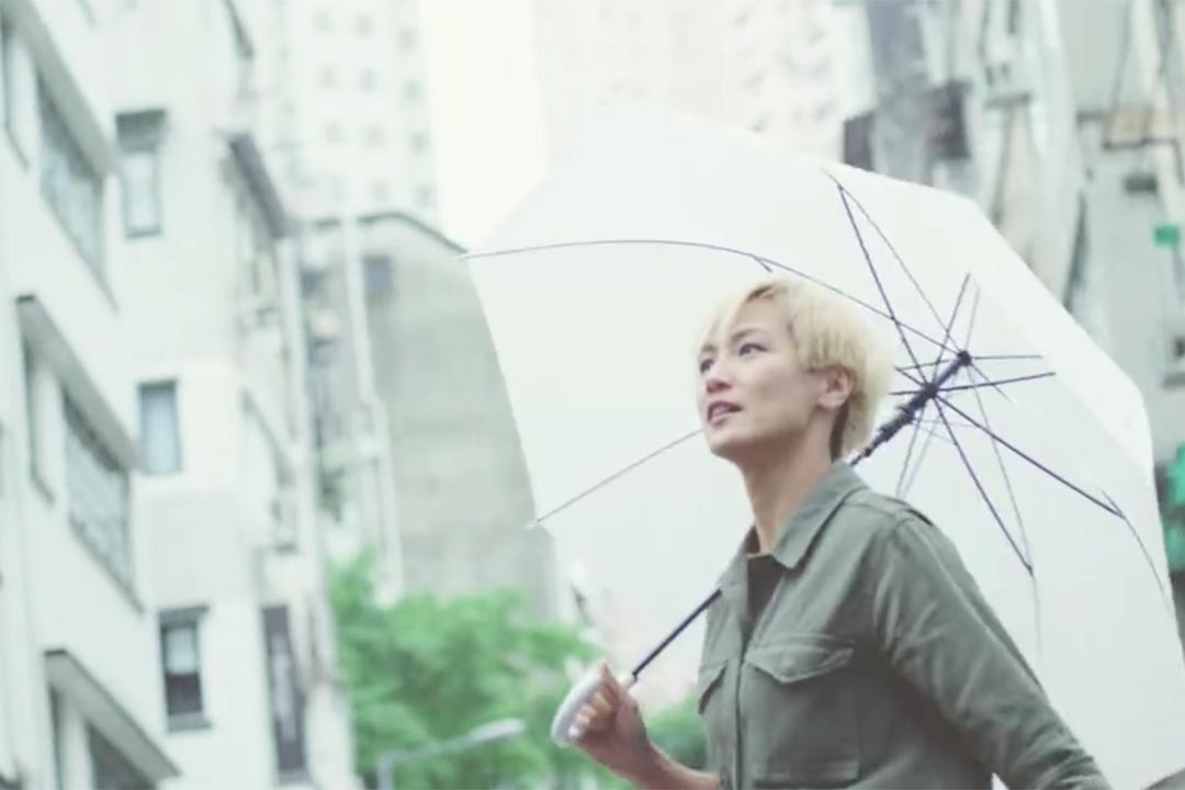 藝人何韻詩為漱口水品牌李斯德林拍攝廣告。