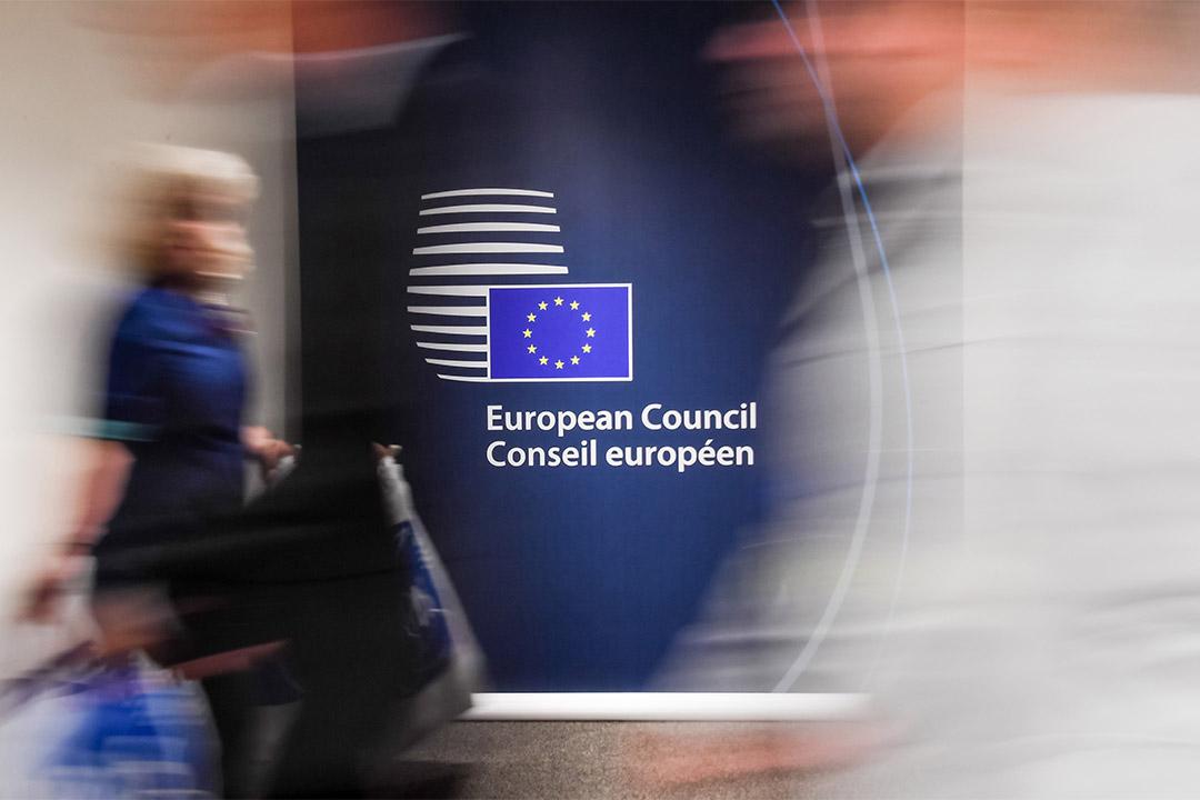 歐盟(除英國以外的)27個成員國領袖開會,反對向英國讓步,同意團結應對英脫歐。圖為人們走過歐盟峰會的傳媒中心。