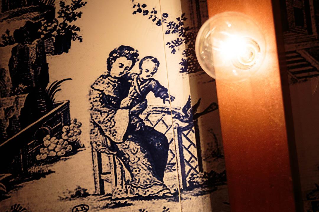 意大利餐廳208 Duecento Otto,牆上青花瓷片拼貼的中式圖案。