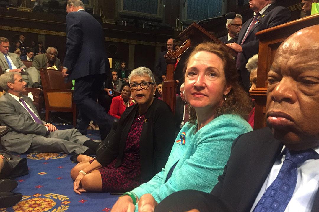 2016年6月22日,美國民主黨多名眾議員在眾院會議廳靜坐,要求通過槍械管制。