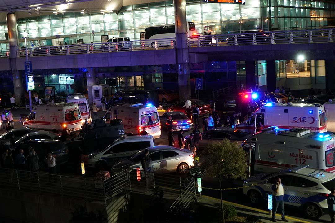 2016年6月28日,土耳其伊斯坦堡阿塔圖克國際機場發生自殺式炸彈襲擊,救護車輛與保安聚集在機場外。
