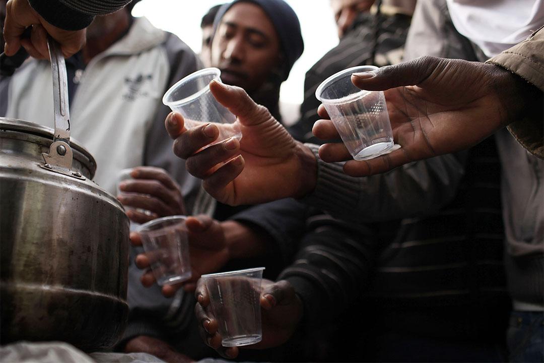 圖為2011年由利比亞逃到突尼西亞的群眾領取慈善組織給予的熱茶。