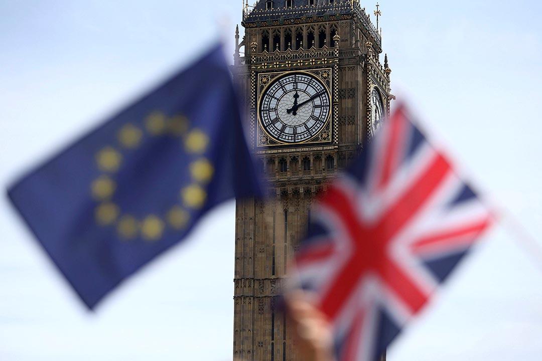 市民在議會廣場外揮動英國與歐盟旗幟。