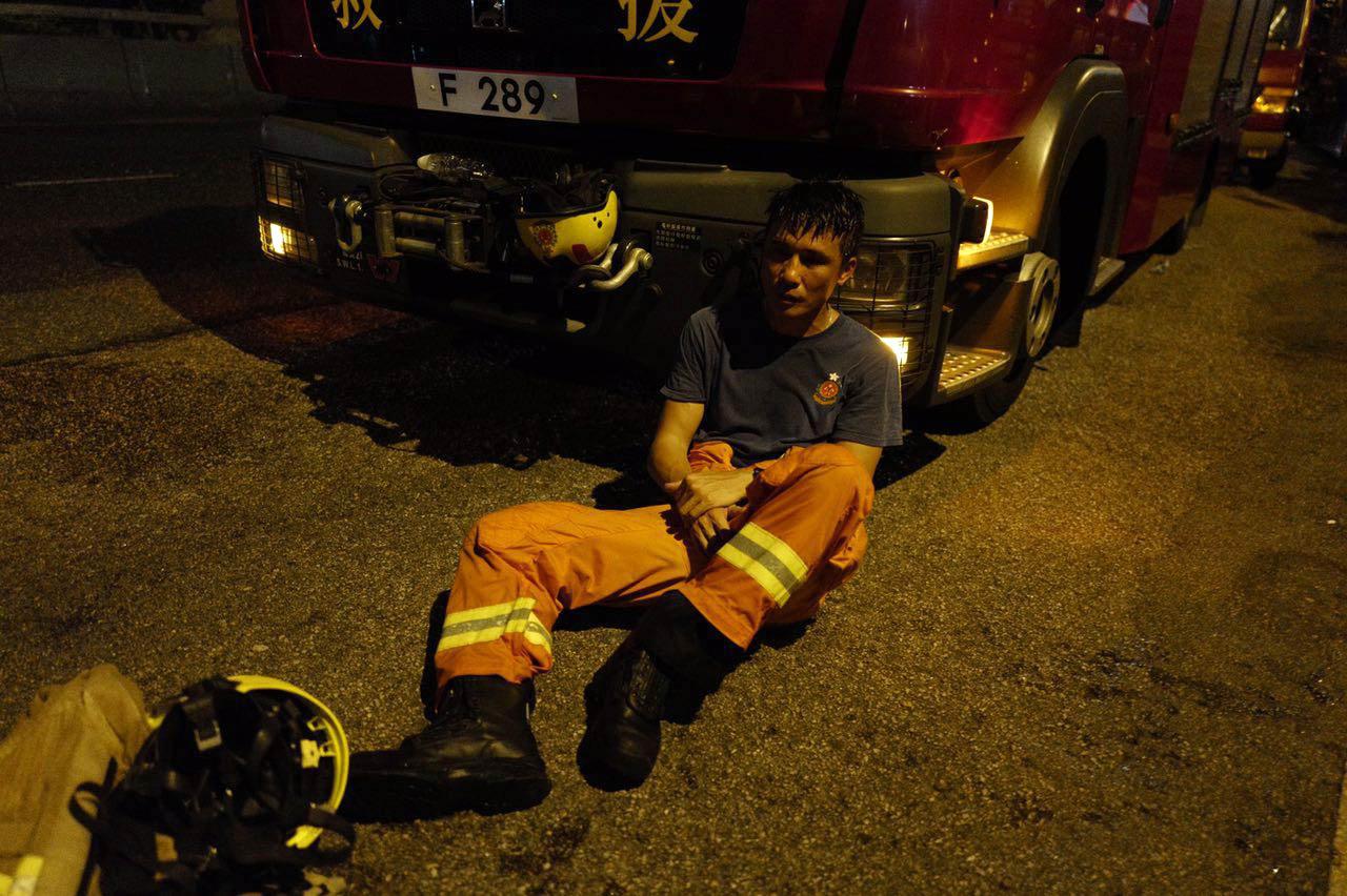 淘大工業村「時昌迷你倉」今晨燃起四級大火,消防員搶救火勢精疲力盡。