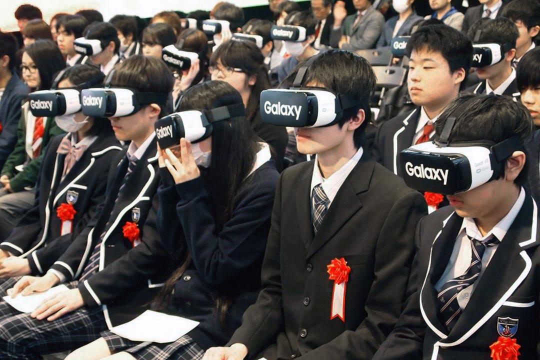 學生在東京六本木戴上了虛擬實境眼鏡,於虛擬的世界裏進行N高等學校的入學禮。