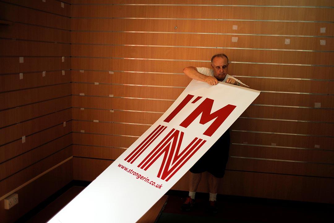一名工作人員準備設置支持留歐的標語牌。