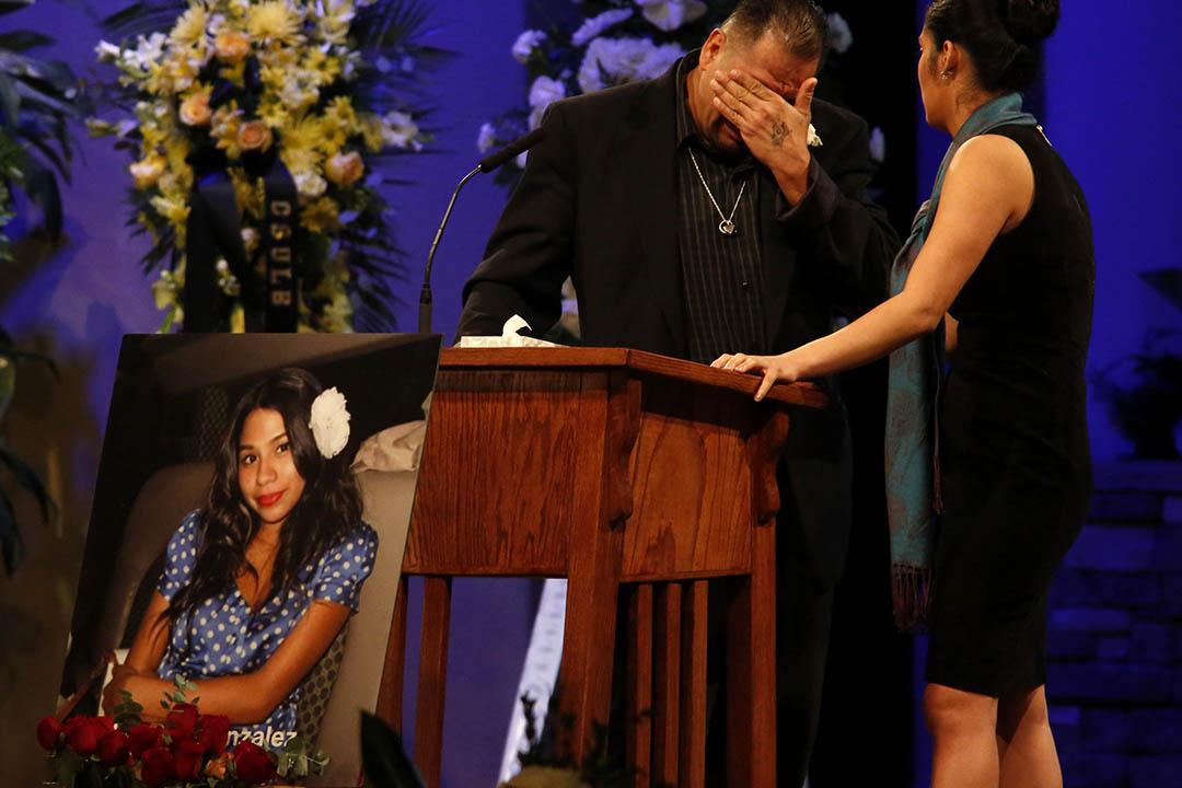 圖為2015年12月4日,美國加利福尼亞,Reynaldo Gonzalez女兒Nohemi的葬禮。