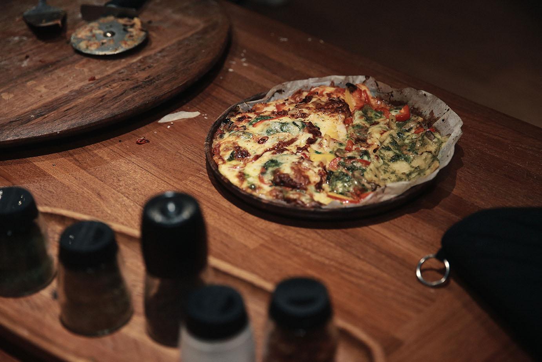 覺旅咖啡提供食材,顧客可以自己完成pizza製作。
