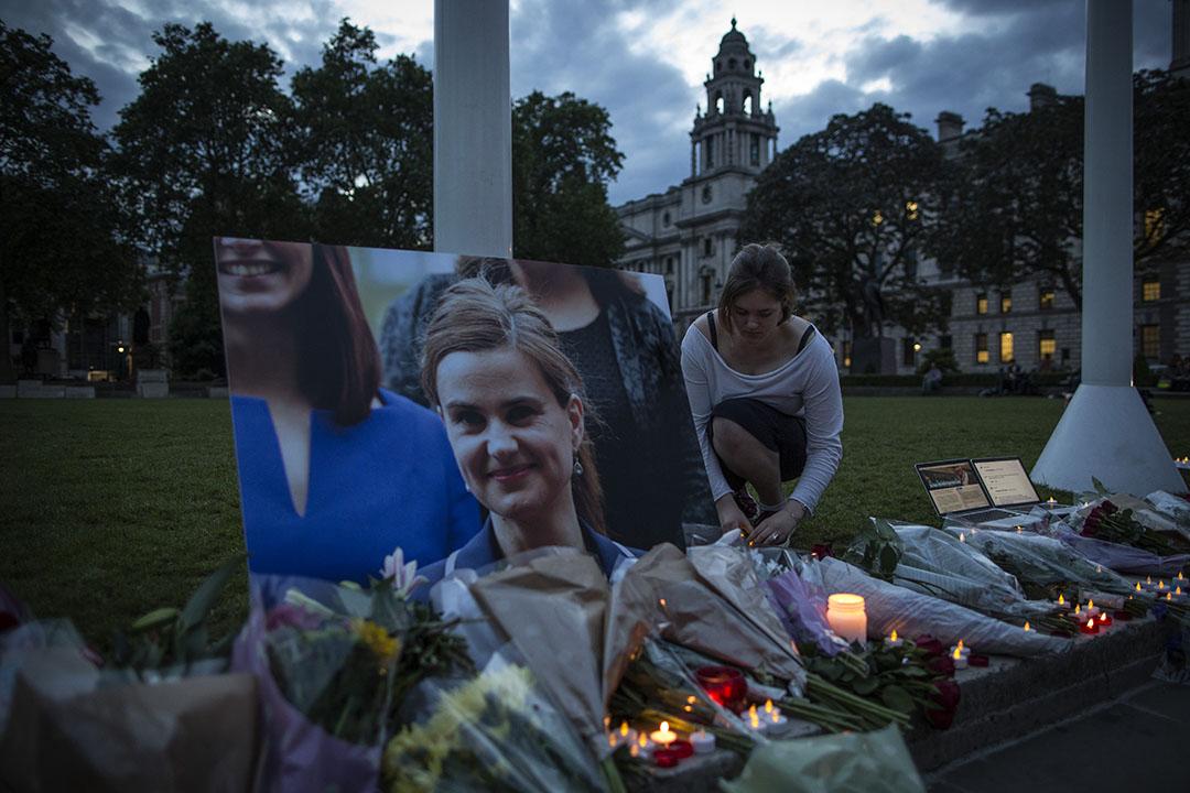 2016年6月16日,英國倫敦議會廣場,民眾哀悼遇襲身亡的工黨國會議員 Jo Cox。