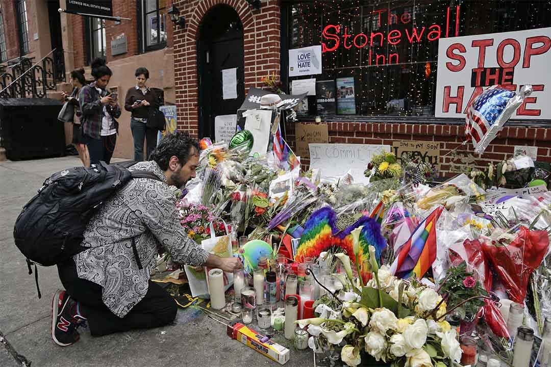 2016年6月16日,美國紐約石牆酒吧,一個男人在悼念奧蘭多同志夜店槍擊案死者的活動中燃起蠟燭。