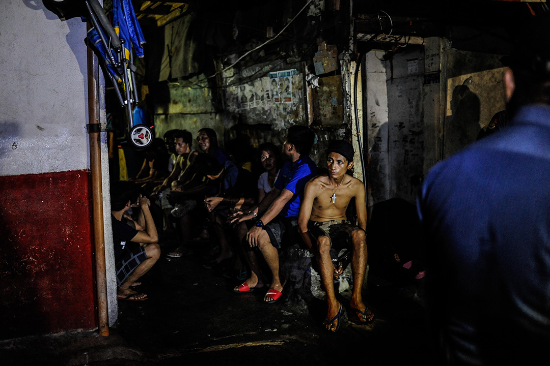 2016年6月16日,菲律賓馬尼拉,警方將疑為吸毒者與毒販拘捕。
