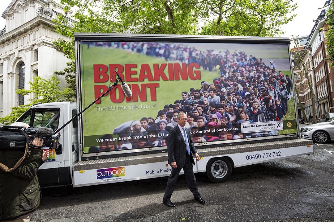 英國獨立黨主席法拉吉在其早前推出一張反移民海報前接受訪問。