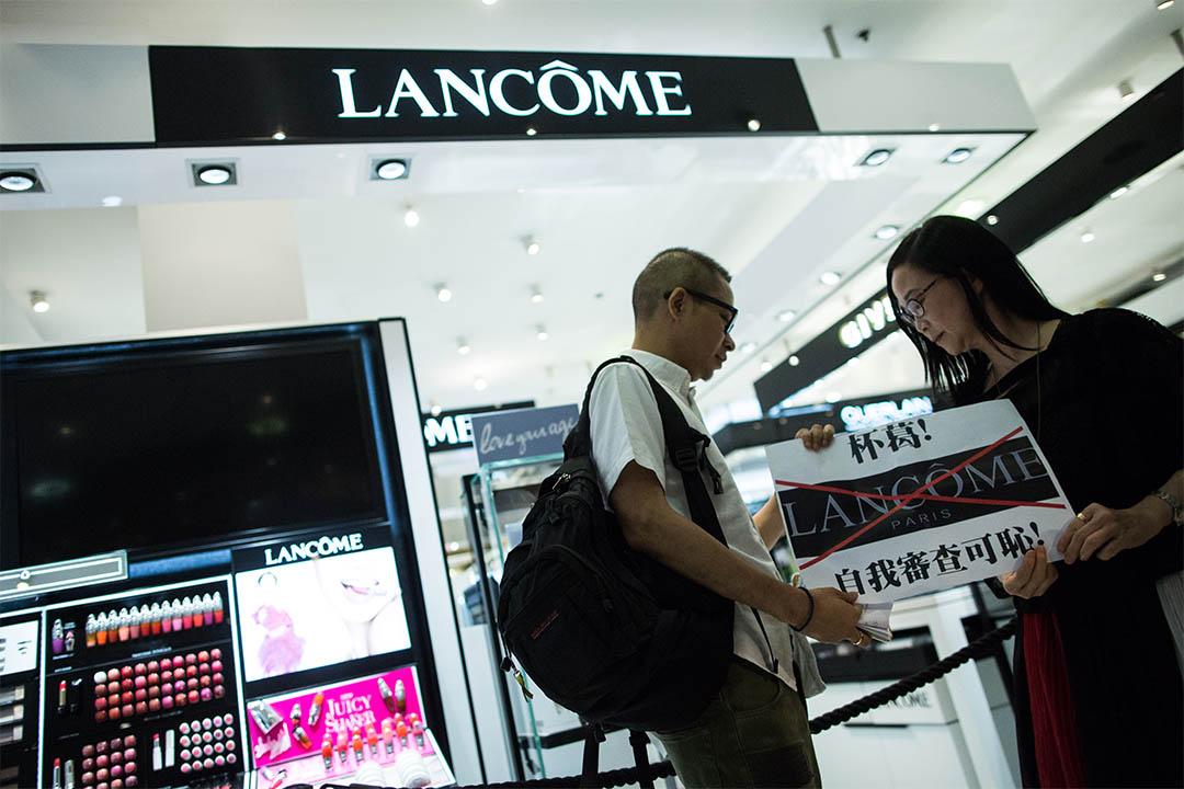 2016年6月8日,示威者手持紙牌和標語到銅鑼灣的Lancôme專櫃,對此品牌取消何韻詩的音樂活動表達不滿。