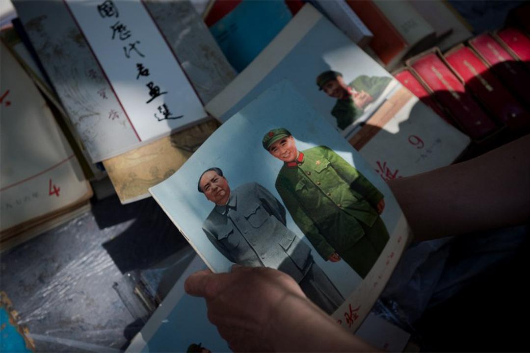 2016年5月15日,北京一個市集,有人拿著毛澤東的肖像。
