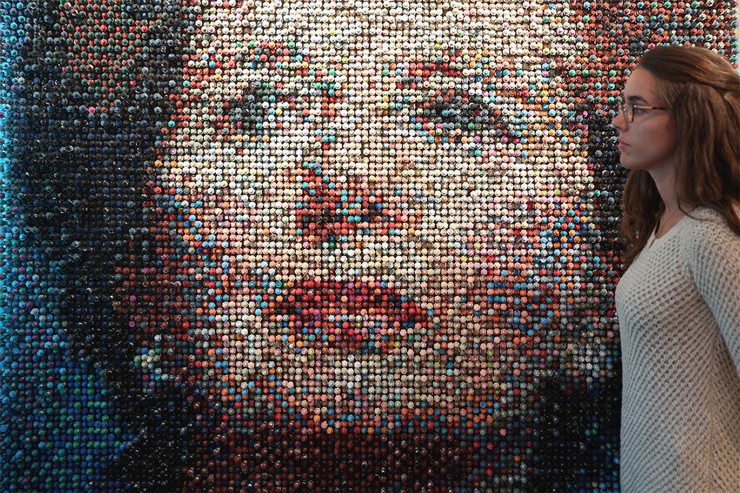 一件以戴卓爾夫人頭像製作的藝術品。