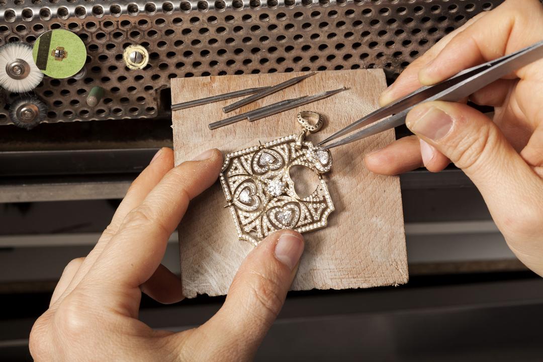 運用傳統與創新車工,BVLGARI為珠寶帶來強烈的視覺效果與震撼。