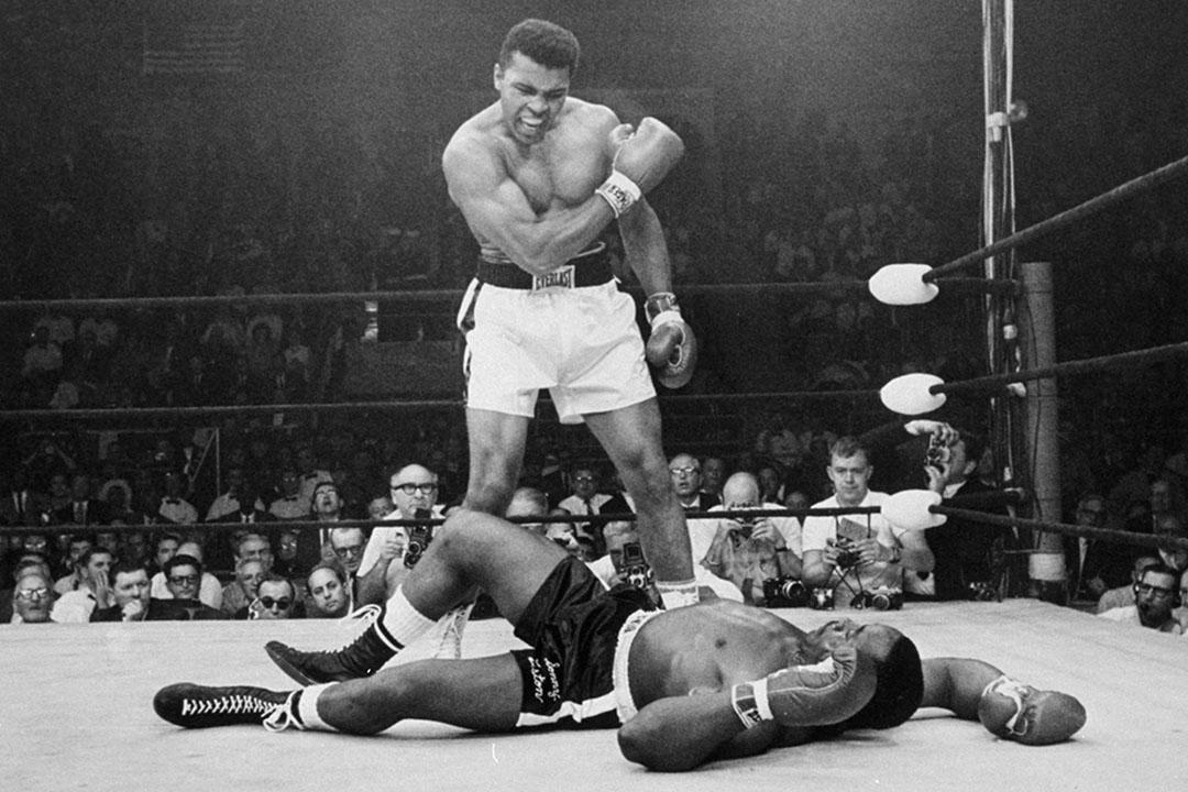 1965年5月25日,重量級拳王穆罕默德在第一回合擊倒挑戰者桑尼利斯頓。