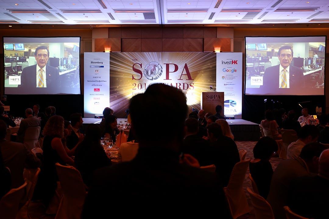 前總統馬英九在香港「亞洲卓越新聞獎」頒獎典禮發表演講。